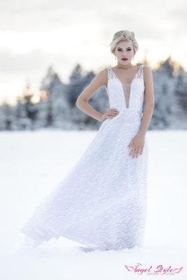 Iliana... Která nevěsta by se na své svatbě nechtěla blýsknout? S těmito božsky třpytícími se šaty i vy budete ve svůj svatební den doslova zářit! Okouzlující svatební šaty Iliana mají rafinovaně řešený dekolt a silnější ramínka. Jsou bohatě zdobené flitry a každý krok v nich je jednoduše oslňující. Svůdně odhalená záda a dlouhá splývavá sukně s krátkou vlečkou jsou třešničkou na dortu.