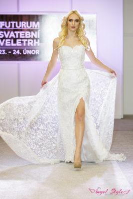 Zoe... Kouzelné svatební šaty Zoe s lehce stříbrným nádechem budou splněným snem každé nevěsty, která chce ve svůj svatební den udělat dojem. Jemný srdíčkový výstřih, vysoký rozparek a především bohaté zdobení dodává těmto šatům ten správný šmrnc. Třešničkou na dortu je dlouhá odepínací vlečka, která má bohatý květinový vzor a je vyrobena z jemného vzdušného materiálu. V těchto krásných šatech by se chtěla vdávat každá!
