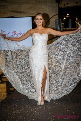Zoe... Kouzelné svatební šaty Zoe s lehce stříbrným nádechem budou splněným snem každé nevěsty, která chce ve svůj svatební den udělat dojem.