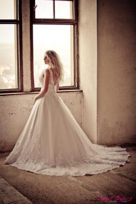 Amy... Pokud toužíte po princeznovských svatebních šatech s dlouhou vlečkou a romantickou krajkou, jsou šaty Amy stvořené přímo pro vás! Předností šatů je bohatá sukně, které nechybí krásná, dlouhá vlečka, jež doprovodí každý váš krok. Šaty jsou zdobené romantickou krajkou, která jim propůjčuje zvláštní kouzlo a jistě i vám okamžitě učaruje. Svůdně odhalená záda jsou jen třešničkou na dortu.