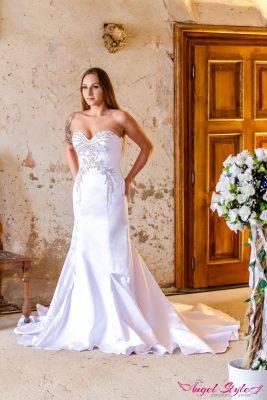 Aurelie... Nádherné svatební šaty Aurelie jsou jako stvořené pro elegantní nevěsty, které chtějí zdůraznit své přednosti. Nechte díky šatům vyniknout vaši postavu, kterou podtrhne přiléhavý střih. Šaty Aurelie mají srdíčkový výstřih a nádherně zdobený živůtek – zajímavý vzor zdobí nejen živůtek, ale i část sukně, která se dole rozšiřuje a je zakončena delší vlečkou. V těchto šatech všem vyrazíte dech!