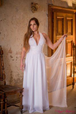 Svatební šaty Cassie jsou elegantní a svůdné zároveň. Dominuje jim bohatě zdobený živůtek s hluboce vykrojeným výstřihem a ramínky za krk. Výstřih neodhaluje příliš, ale působí velmi žensky a rafinovaně. Šaty mají lehce nařasenou, splývavou sukni, která se bude krásně vlnit na každém vašem kroku. Součástí šatů je i lehoučká šifonová vlečka.