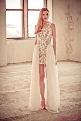 Chcete-li na své svatbě vybočit z řady, jsou svatební šaty Jessie stvořené přímo pro vás! Šaty jsou krátkého a splývavého střihu, díky kterému věrně lemují křivky nevěstina těla. Jsou podšité látkou v tělové barvě a zdobené elegantní, výraznou výšivkou, která jim dodává ten správný šmrnc. Záda jsou velmi svůdně řešená – lemuje je krajka a nechybí decentní průstřih. Vzadu se zapínají na zip. Je možné k nim připnout dlouhou sukni.
