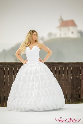 Líbí se vám jednoduchost? V tom případě určitě neodoláte svatebním šatům Charlota, které jsou velmi jemné. Předností svatebních šatů je pírková bohatá sukně, která se krásně vlní. Korzet šatů je vykrojený do véčka – neodhaluje mnoho, ale na pohled působí velice zajímavě.