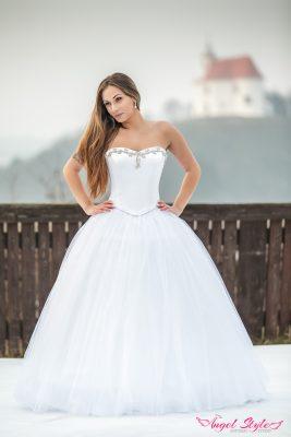 Svatební šaty Evita ctí pravidlo, že v jednoduchosti je krása. Na první pohled působí jemným dojmem a radost udělají každé nevěstě, která netouží po přeplácanosti. Svatební šaty Evita mají decentní srdíčkový výstřih zdobený výšivkou. Korzet dokonale vytvaruje postavu. Dominantou svatebních šatů je bohatě nadýchaná postříbřená sukně, díky které se budete cítit jako princezna.