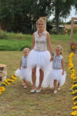 vpředu krátká vzadu dlouhá tylová sukně