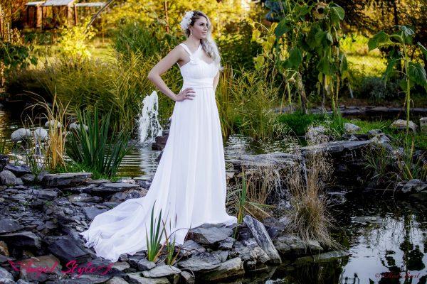 Sofia... Romantické šaty Sofia nadchnou každou romantickou dušičku. Šaty působí jednoduše, ale právě v tom je jejich největší kouzlo. Srdíčkový výstřih, křížené ramínko na jedno rameno a splývavá, lehce nařasená sukně – to je přesně to, co tyhle nádherné svatební šaty definuje. Perličkou je dlouhá sukně sahající až na zem s vlečkou, která šatům dodává bohémský nádech.