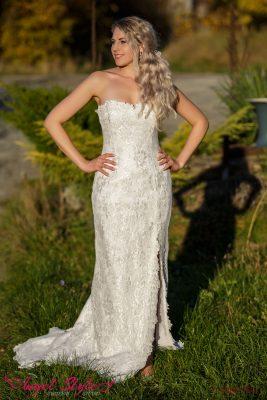 Kouzelné svatební šaty Zoe s lehce stříbrným nádechem budou splněným snem každé nevěsty, která chce ve svůj svatební den udělat dojem.