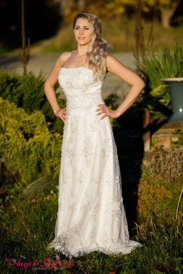 Svatební šaty Daisy možná na první pohled působí obyčejně, když se ale podíváte podruhé, odhalíte jejich elegantní kouzlo. Šaty působí romantickým dojmem a zaručeně udělají radost každé nevěstě, která chce ve svůj svatební den vyniknout. Šaty Daisy jsou bez ramínek, mají decentní výstřih, bohatý vzor, který je zdobí po celé délce a splývavý střih. Šaty jsou stříbrem vyšívané. Stačí jediný pohled a budete je milovat!
