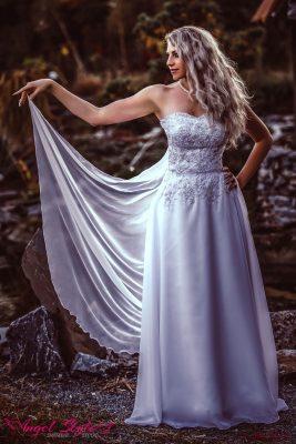Isabella... Elegantní a přitom tak jemné – přesně takové jsou svatební šaty Isabella, do kterých se zamilujete na první pohled! Předností těchto šatů je bohatě zdobený korzet s decentním výstřihem, který dokonale definuje pas a vyzdvihuje ženské přednosti. Součástí šatů je splývavá sukně sahající až na zem a jemná, lehoučká vlečka.