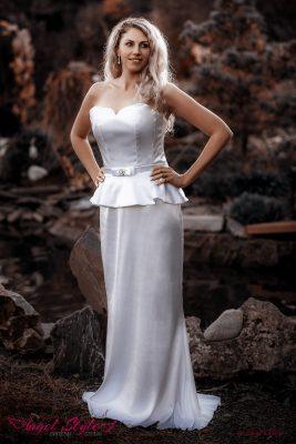 Valentina... Svatební šaty Valentina jsou elegantní a originální. Tvoří je dominantní korzet s decentním srdíčkovým výstřihem, romantickým řasením a jemným páskem s ozdobou. Korzet je bez ramínek a na zádech se šněruje, takže se dokáže přizpůsobit postavě. Sukně může být jednoduchá, dlouhá a splývavá, nebo elegantně nařasená, na přední straně krátká a vzadu sahající až na zem. Stačí si jen vybrat!