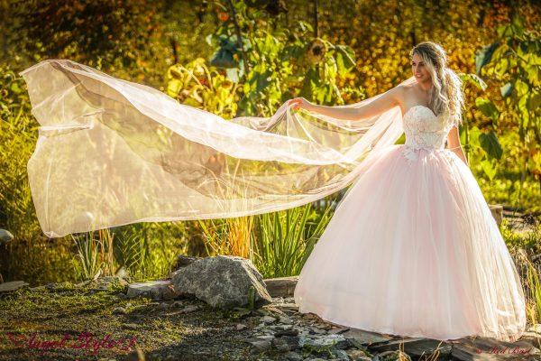 Rosie... Romantické šaty do růžova pro něžnou vílu – takové jsou bohatě nadýchané šaty Rosie s nádherně zdobeným korzetem. Šaty mají vykrojený srdíčkový výstřih a jejich předností je lehká, objemná sukně, díky které si budete připadat jako skutečná princezna. Součástí šatů je dlouhá jemná vlečka.