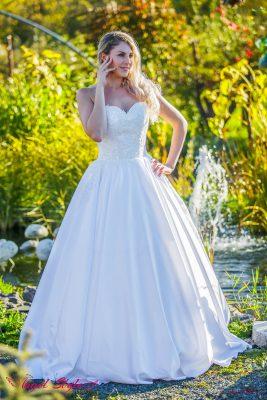 Paloma... Hledáte elegantní svatební šaty, které vám učarují na první pohled? Možná jsou těmi pravými svatební šaty Paloma, kterým elegance rozhodně nechybí! Šaty mají krásně zdobený korzet bez ramínek se srdíčkovým výstřihem a šněrováním na zádech. Dominuje jim lehce skládaná sukně z jemného materiálu, která sahá až k zemi, kde se jemně vlní.