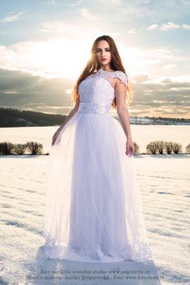 Francesca... Svatební šaty Francesca jsou jasnou volbou pro každou svéráznou ženu, které nechybí sebevědomí a která chce ve svůj svatební den strhnout pozornost svým směrem. S těmito nádhernými svatebními šaty se vám to povede raz dva! Šaty mají bohatě zdobený korzet s krajkovými ramínky a decentním výstřihem. V pase je zdobí lehce nařasený proužek lesklé látky, který krásně definuje pas. Šaty mají dlouhou splývavou sukni, která je doplněna o průhlednou sukni lemovanou květinovou výšivkou.