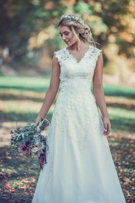 """Ivoon... Pohádkové svatební šaty Ivoon s andělsky dlouhou vlečkou možná budou tou pravou volbou právě pro vás. Šaty mají krátká silnější ramínka, decentní véčkový výstřih na přední straně a na zádech jsou kulatě vykrojené, což jim dodává na výjimečnosti. Odshora jsou bohatě zdobené úžasnou krajkou, která sahá až do poloviny dlouhé splývavé sukně. V těchto šatech je opravdu radost vyslovit své """"ano""""!"""