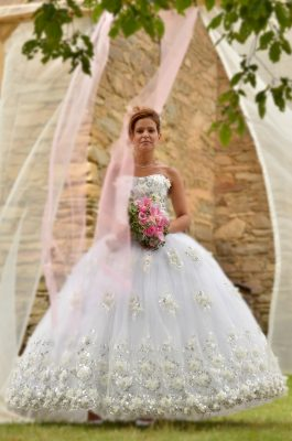 Buďte ve svůj svatební den za princeznu! Dech beroucí svatební šaty Diana jsou jako stvořené pro romantickou svatbu a zamilovat si je musí každá nevěsta, která chce v tento důležitý den zazářit. Šaty Diana mají nadýchanou sukni posetou nádhernými květy, kamínky a krajkou. I živůtek je zdobený květinami a třpytivými kamínky.  V těchto šatech nebudete za princeznu. Proměníte se v královnu! (Ve stejné krajce nabízíme šaty pro malé družičky)