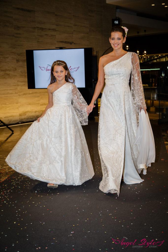 svatební šaty z přehlídkových mol